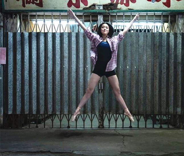 劉鑾雄18歲女兒現身菜市場,擺高難度動作拍照,趴水果箱上凹造型-圖2