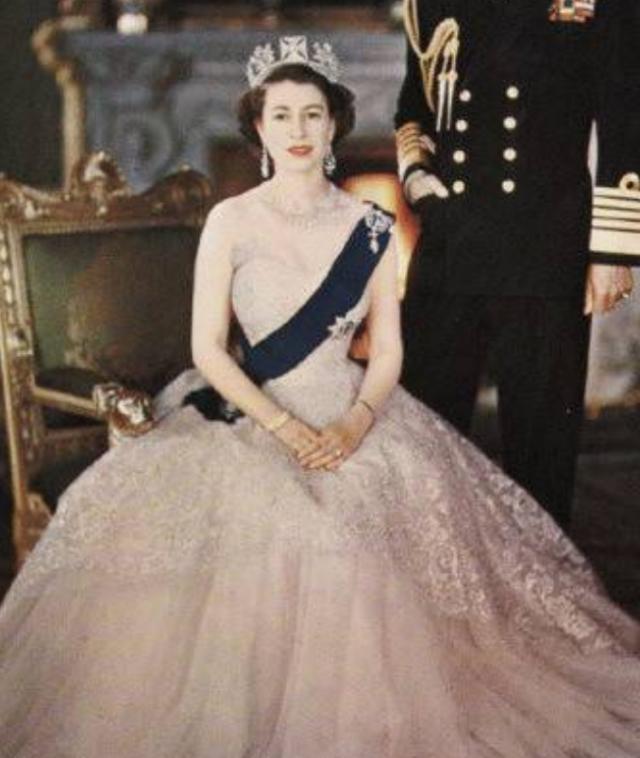 英國女王年輕時有多迷人?丈夫不準她獨自出門,放棄王位伴她左右-圖8