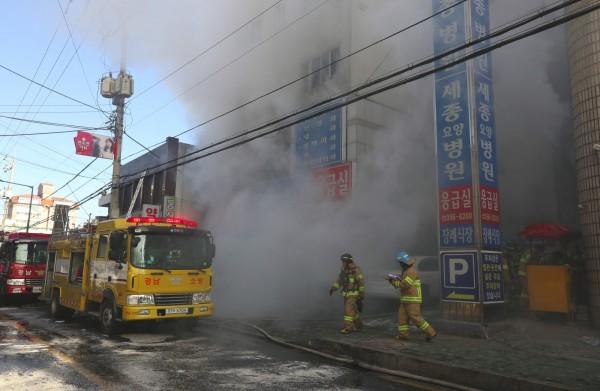 88人傷亡!韓國33層高樓失火,整棟樓成火球,或給文在寅致命一擊-圖5