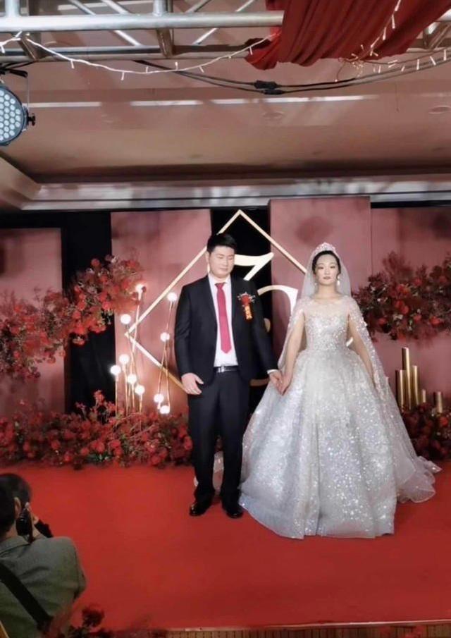 朱之文兒子結婚,婚禮現場滿滿的商業氣息,合影時嶽父一臉不滿意-圖4