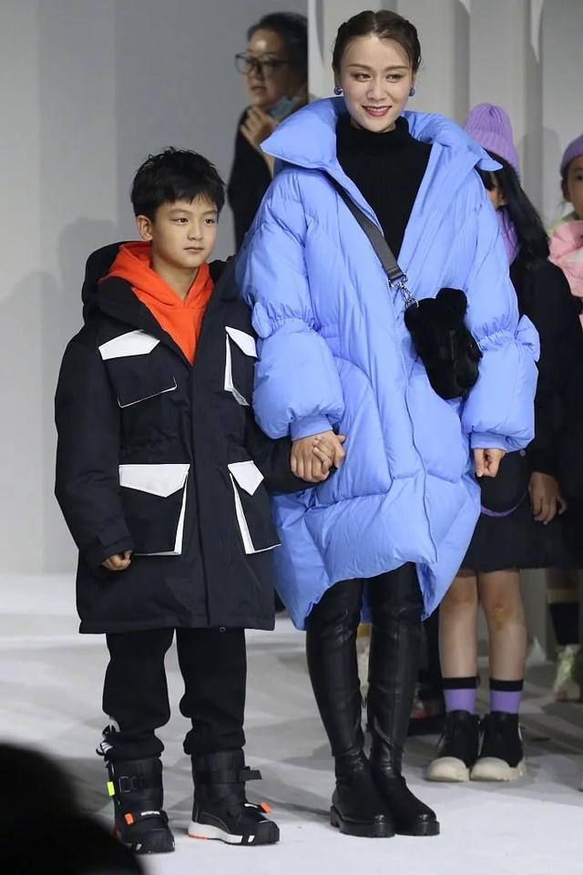 葉一茜攜兒子登臺走秀,像牽著迷你版田亮,9歲小亮子長高不少-圖3