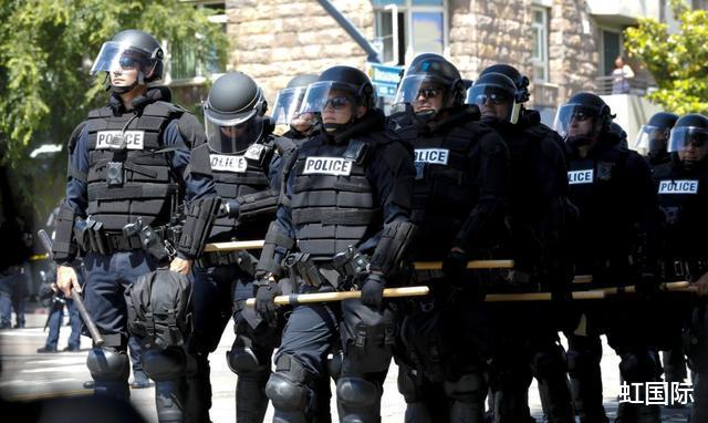 美國警察力挺特朗普,開警車拿擴音器喊口號,被警局下令停職-圖3