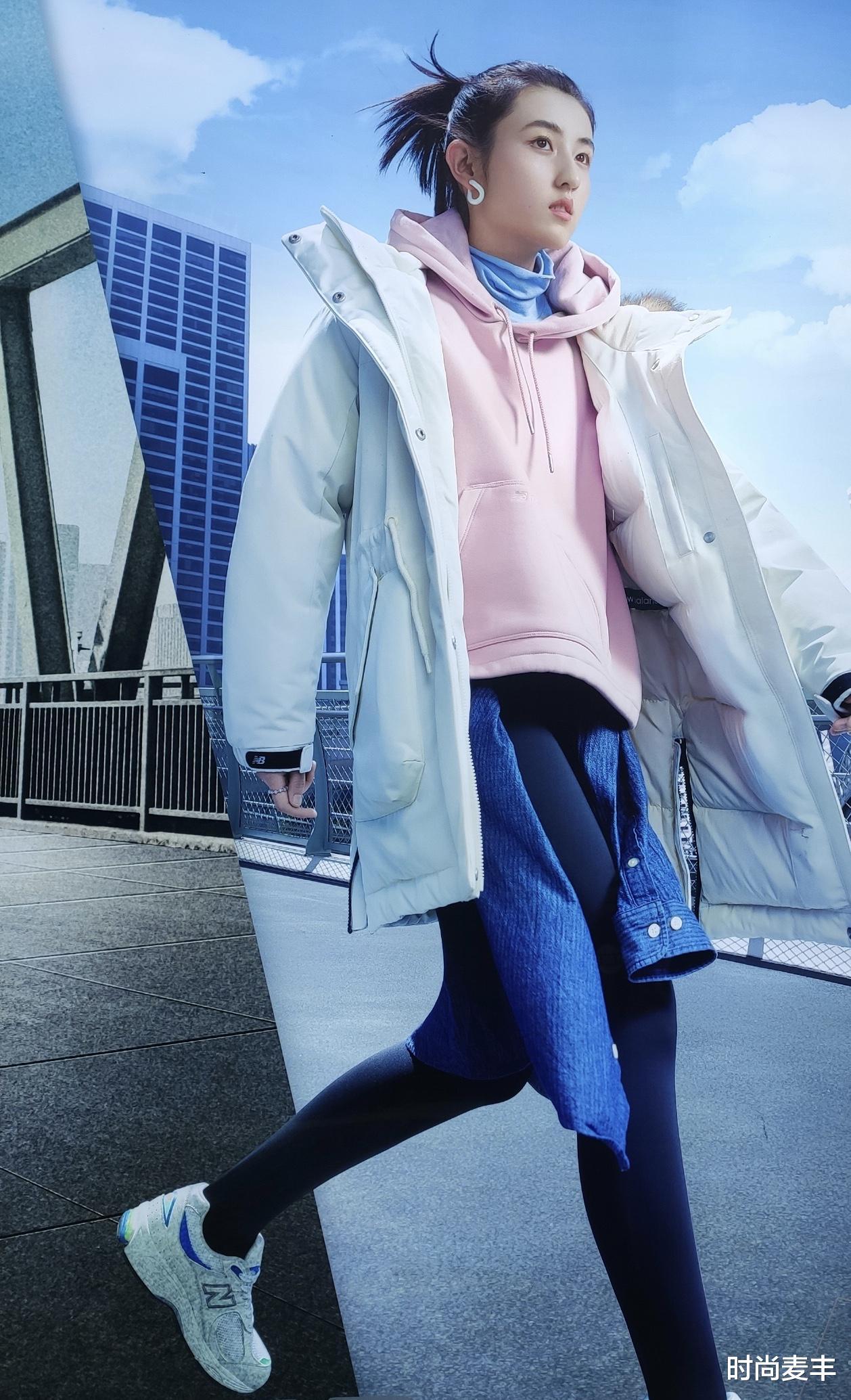 張子楓和孫儷妹妹成同學,代言運動品牌,白色羽絨衣秀冬季時尚-圖2