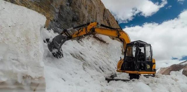 高原前線峽谷大雪封山!印軍挖掘機開路失敗,莫迪抱怨被美國欺騙-圖2