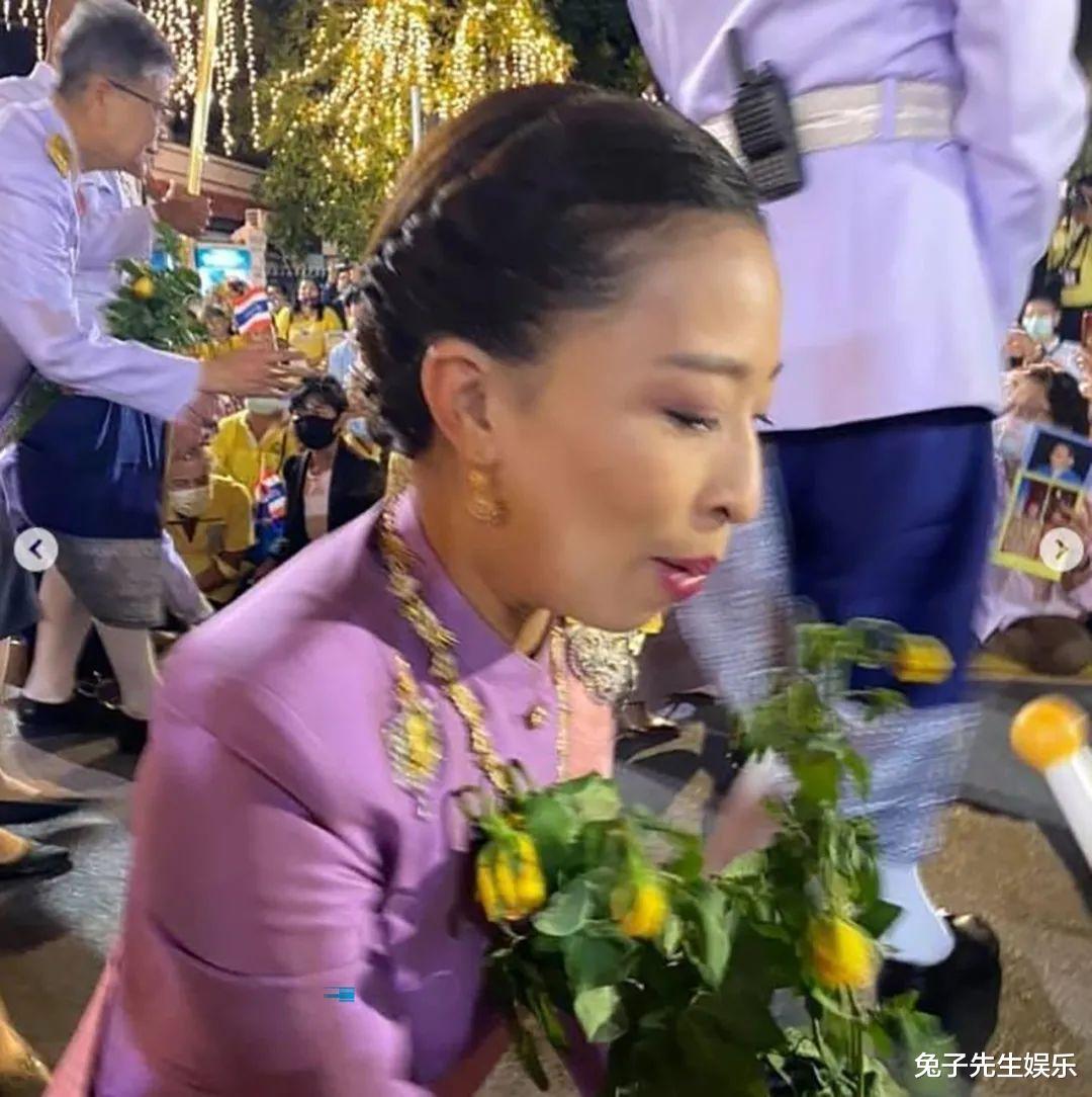 泰國大公主真給老爸面子,跪在水泥地上為泰王捧場,忙得滿頭大汗-圖5
