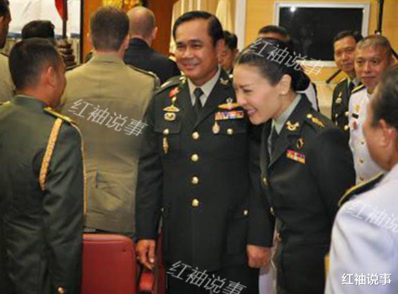 西拉米軍裝照美翻瞭,一顰一笑驚艷時光,不愧是泰國最美王妃-圖2
