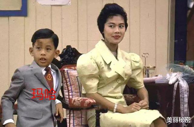 泰王15歲兒子奢華無度,隨從侍女滿身穿戴黃金,保鏢背大金鏈-圖2
