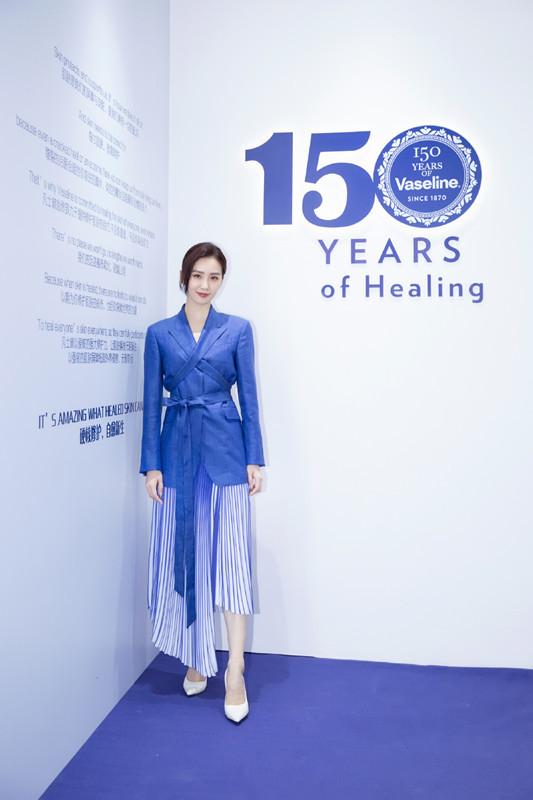 劉詩詩風采依舊,穿藍色西裝搭百褶裙現身,氣質好是真的好!-圖7