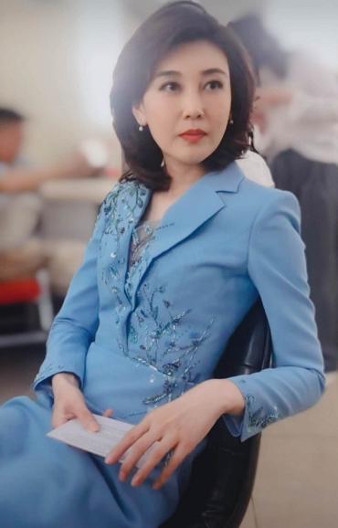 央視女神李紅回歸!穿紫色亮片西裝顏值又創新高,牛奶肌白到發光-圖5