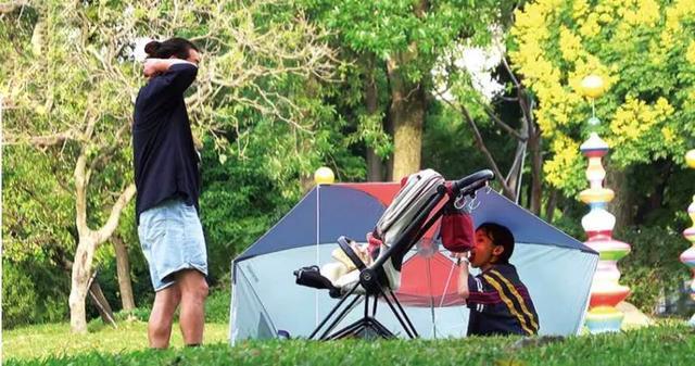 陳意涵一傢三口草地野餐,畫面溫馨幸福,1歲兒子軟萌可愛像爸爸-圖6