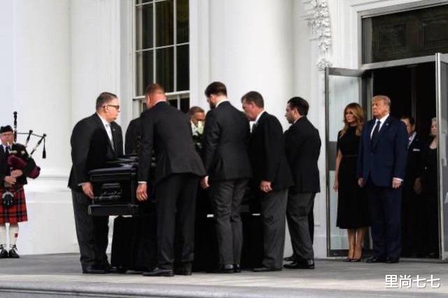 弟弟葬禮特朗普一傢淡定,弟弟傢哭成團!兒媳穿金戴銀伊萬卡低調-圖2