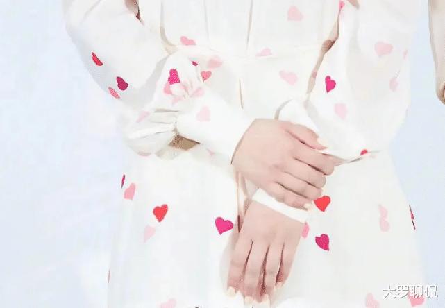背部替身後,楊紫又被發現用手替,廣告中手指纖細,生圖卻很真實-圖5