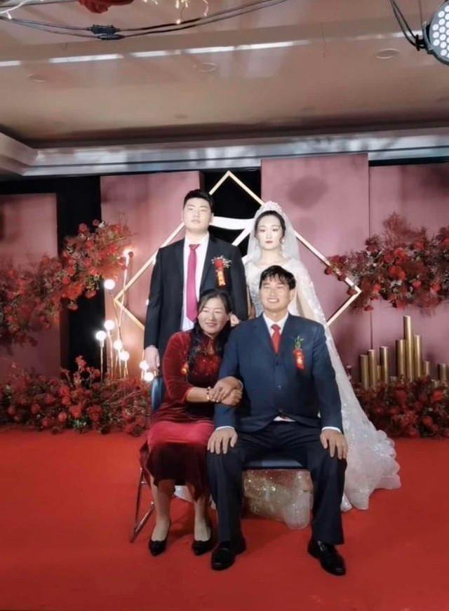 朱之文兒子結婚,婚禮現場滿滿的商業氣息,合影時嶽父一臉不滿意-圖8