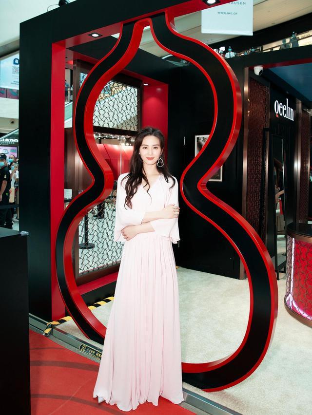 劉詩詩越來越美瞭,身穿一襲粉色長裙,風格優雅似少女-圖3