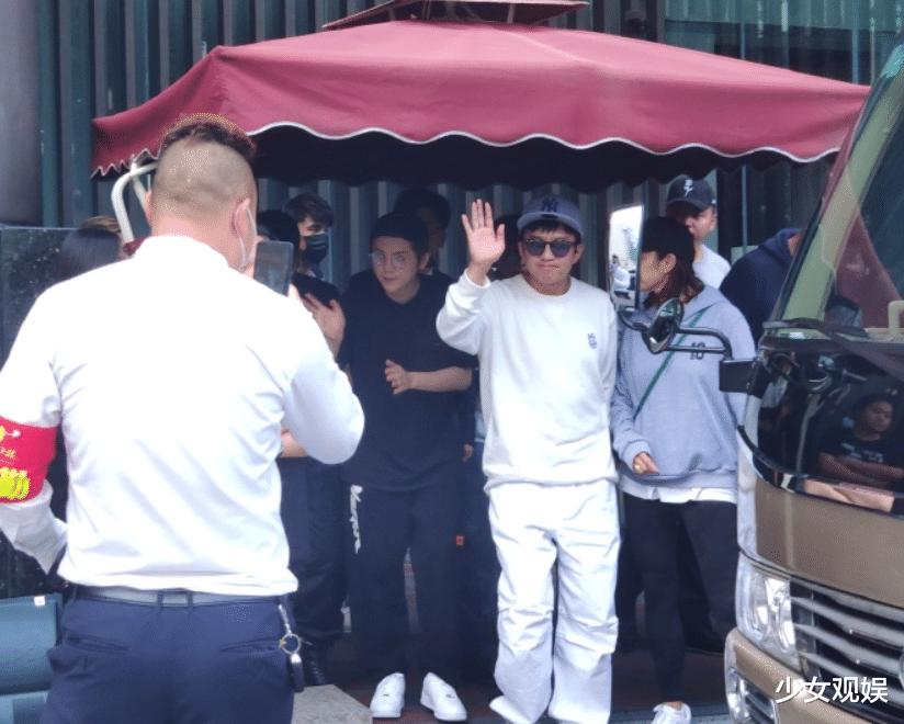 鹿晗線下錄制綜藝,站姐無特效拍攝,30歲真人模樣一目瞭然-圖3