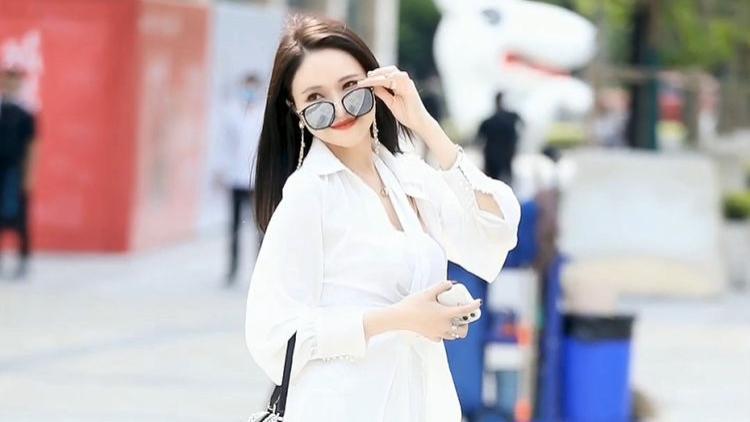 简约白色套装搭配钻石小挎包,端庄优雅,大方得体