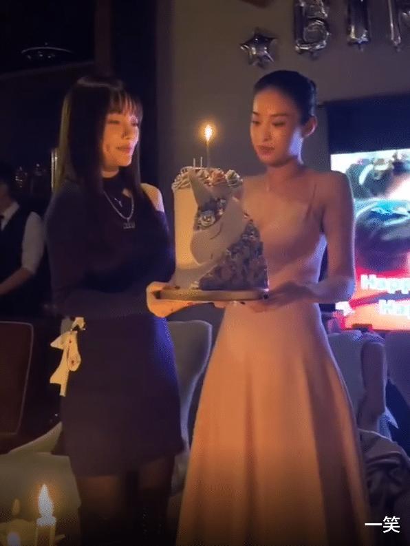李小璐為好閨蜜慶生,暖心為閨蜜手捧蛋糕,閨蜜意外撞臉馬蘇-圖3