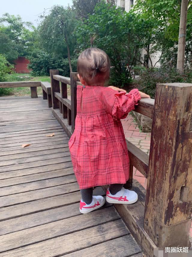 唐菀母女合影俏皮呆萌,2歲女兒紮揪揪發量不再少,似翻版曹雲金-圖4