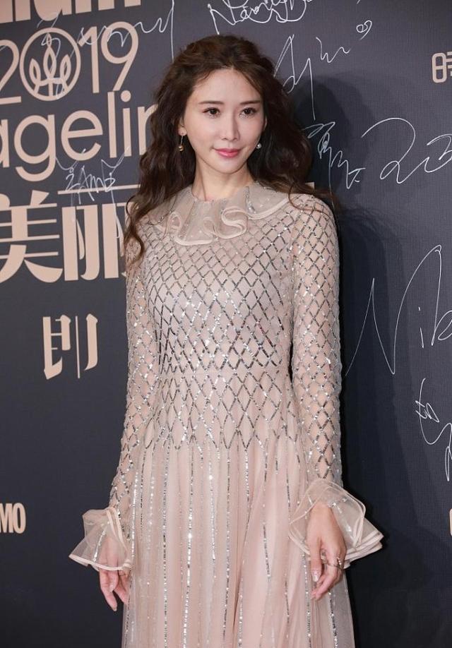 林志玲的裸色裙裝太吸睛,網狀印花很時尚,顯得身材更高級-圖5