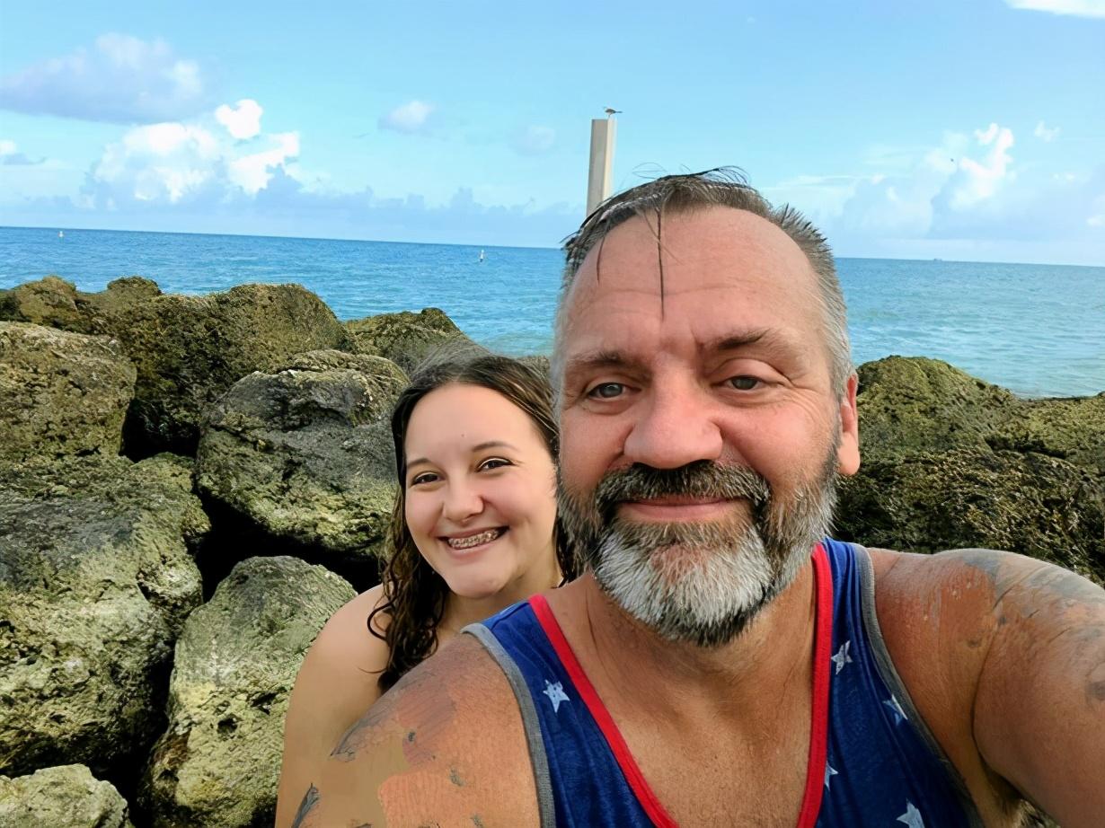 美國20歲女孩愛上近50歲大叔,交往半年訂婚,被誤認是父女不介意-圖2