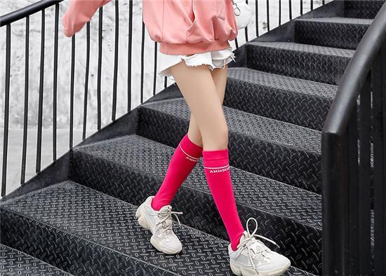 """馮提莫挑戰""""芭比粉""""絲襪,穿上後故意伸直腳尖,網友:腿精無疑-圖3"""