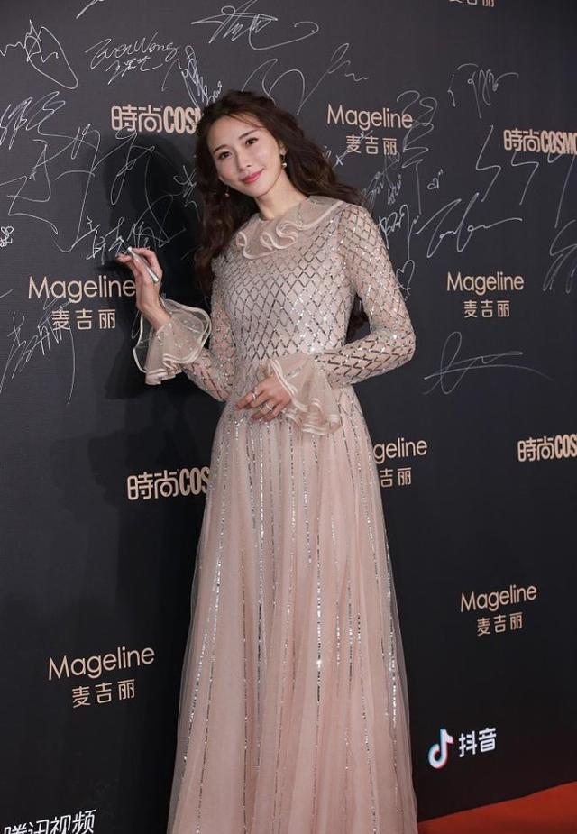 林志玲的裸色裙裝太吸睛,網狀印花很時尚,顯得身材更高級-圖3