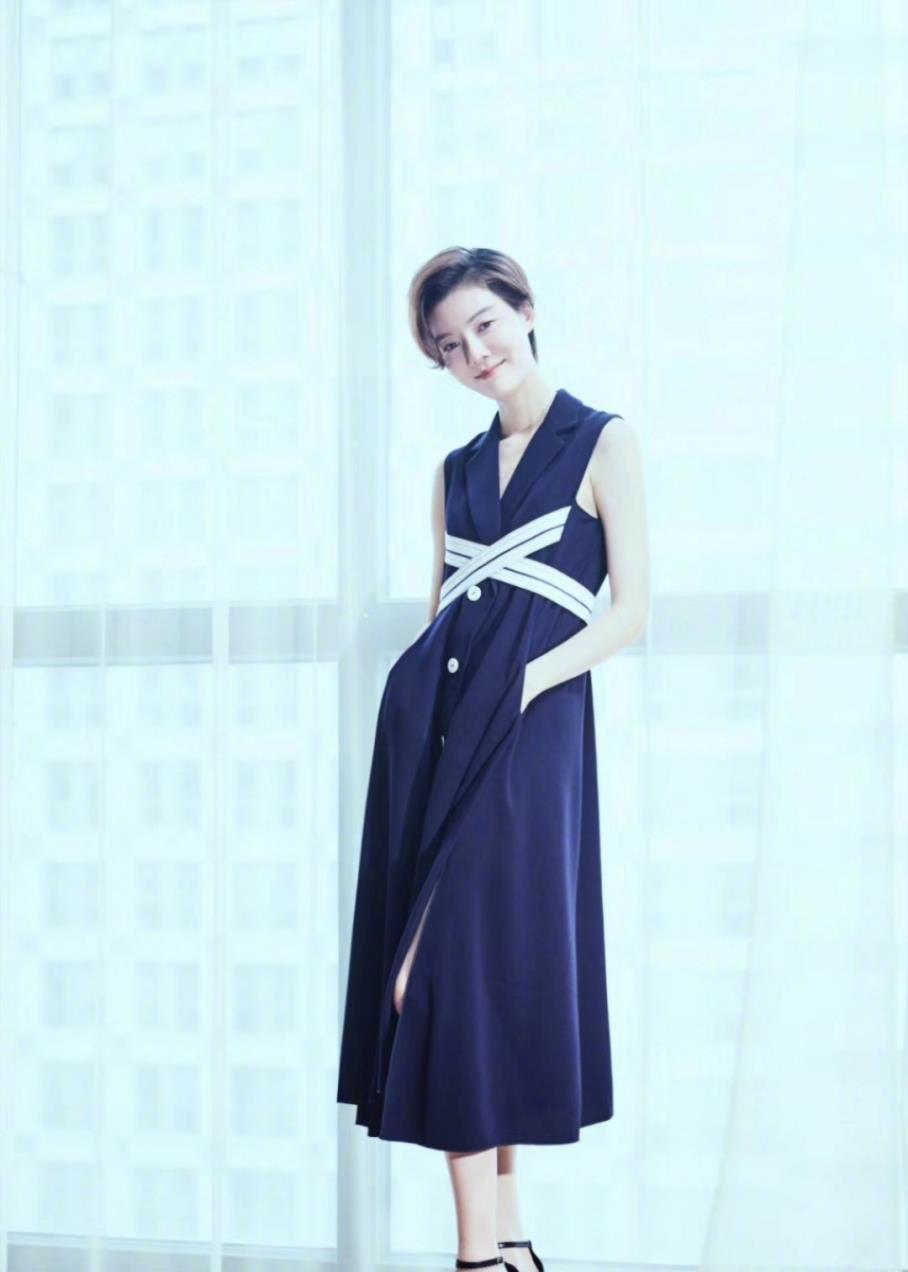 車曉氣質太出眾!白襯衫搭寶藍色半身裙顯優雅知性,穿出瞭高級感-圖8