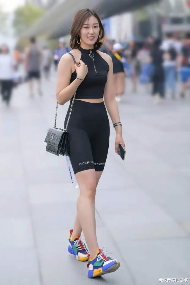 黑色时尚挂脖上衣,搭配同色短款运动裤,展现与众不同的潮流感