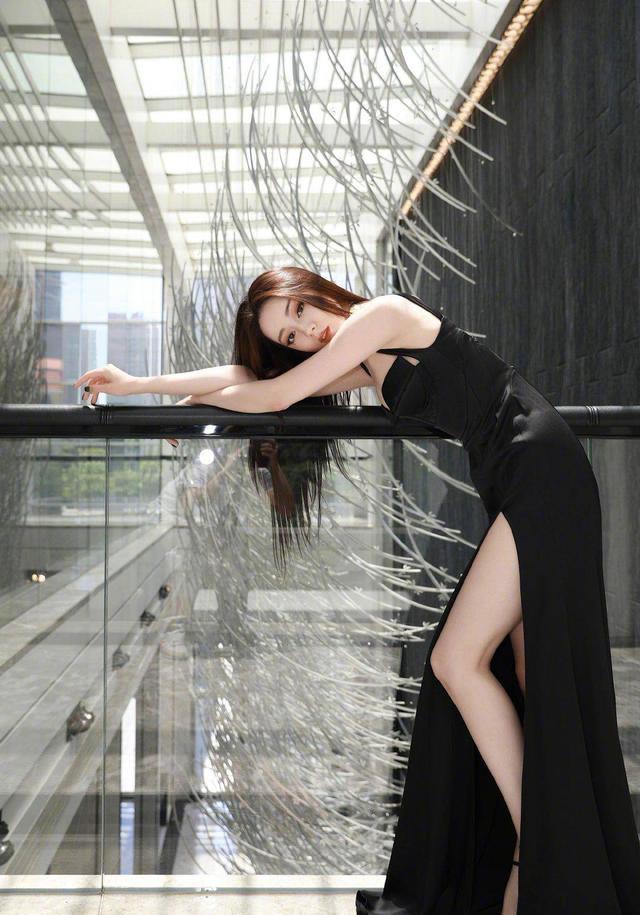 迪麗熱巴不愧是高冷女神!穿黑色高開叉抹胸裙秀身材,女人味真足-圖2