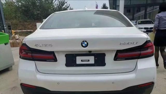 新款國產寶馬5系到店,與海外版高度一致,新內飾比奧迪A6還大氣-圖3