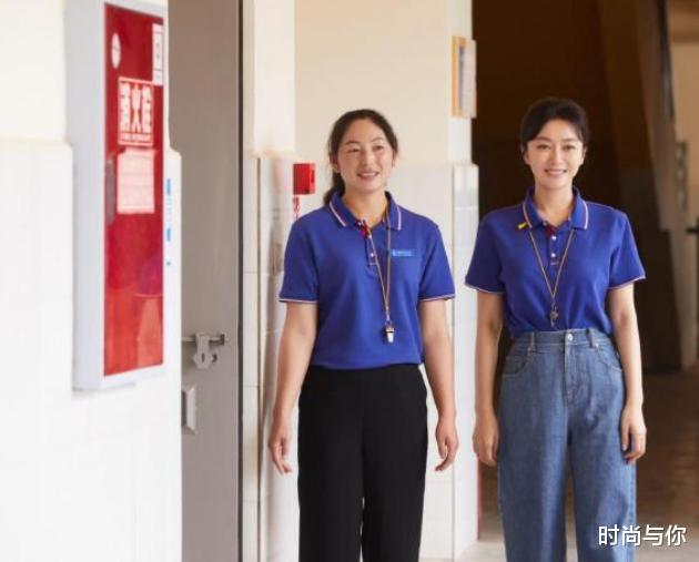 """""""白月光""""秦嵐做公益,穿藍色恤配牛仔褲,同色系搭配也很時尚-圖3"""