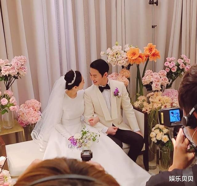 JUNJIN舉辦婚禮,組合成員擺出標志Pose,新娘新郎挽手對視超幸福-圖2