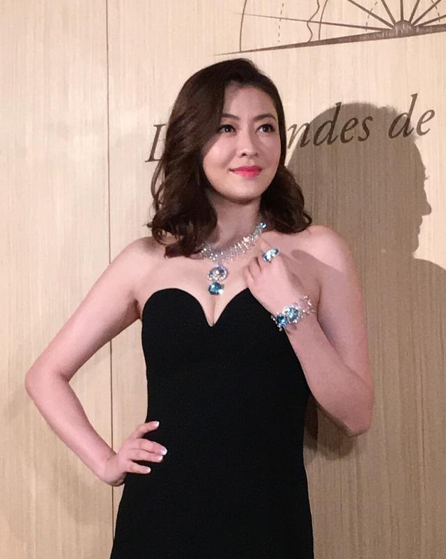 40歲熊黛林太張揚,穿絲絨長裙戴百萬珠寶,豐盈身材闊太圈少見-圖3