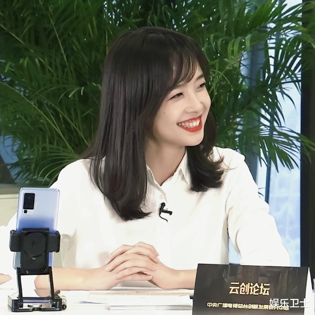 央視記者王冰冰直播造型甜爆,坐姿顯露超A身材,抽獎後網友網名令她大笑-圖3