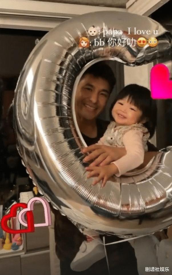 TVB視帝兩年沒有新劇播出,在傢慶祝44歲生日,被女兒喂水果好幸福-圖6