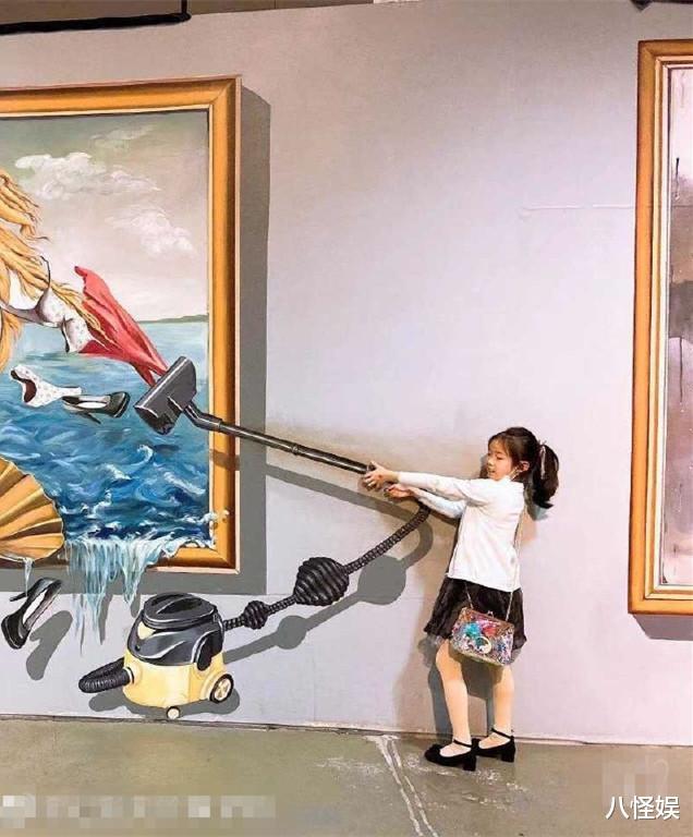 黃奕帶女兒看畫展,7歲黃芊玲越長越像黃毅清,表情超多變戲精-圖2