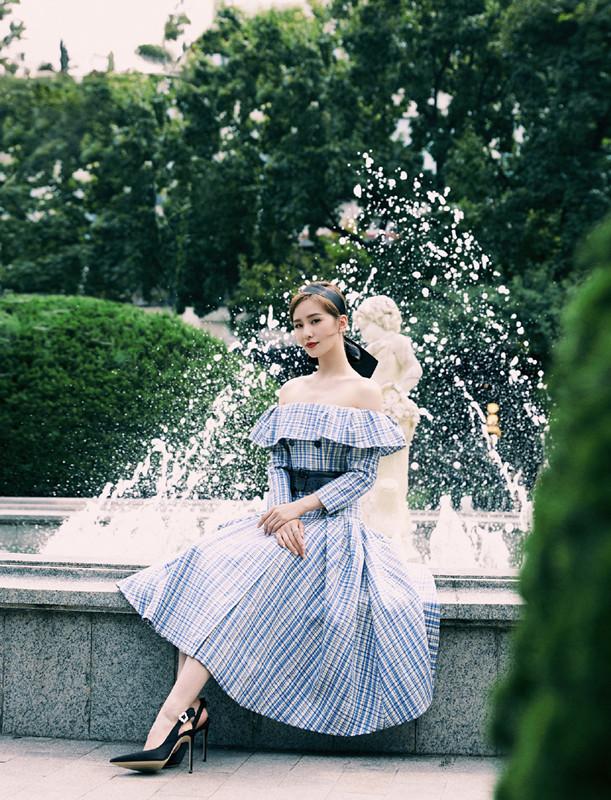 劉詩詩風采依舊,穿藍色西裝搭百褶裙現身,氣質好是真的好!-圖2