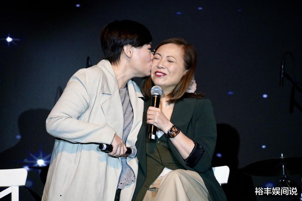 """58歲商天娥與老公手牽手恩愛逛街,結婚10年,被寵成瞭""""肥娥""""-圖2"""