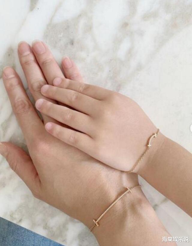 林心如夫婦秀恩愛,又給女兒戴上鉆石手鏈出鏡,女兒的膚色隨瞭媽-圖3