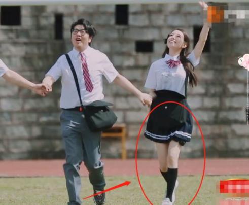 """吉娜節目中重回校園,穿""""JK短裙""""秀長腿,這腿圍我沒看花眼吧?-圖4"""