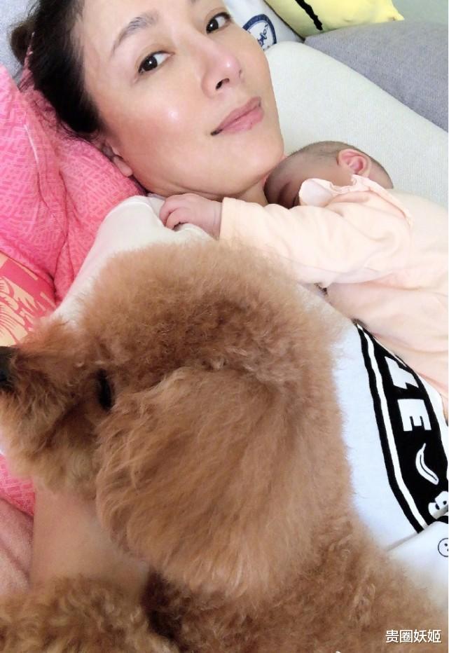 楊怡陪女兒睡覺,產後素顏超耐打,小珍珠剃成光頭趴媽媽懷裡好乖-圖3