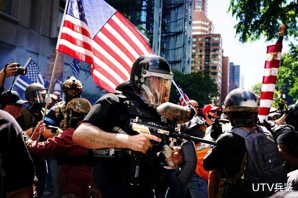 美國亂套瞭!黑人抗議者和特朗普支持者爆發交火,一人被當場打死-圖2