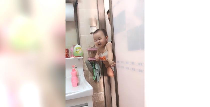 赛尔号什么时候出的_宝妈正在上厕所,宝宝也跟着进来了,网友:宝宝太可爱了吧!-第3张图片-游戏摸鱼怪