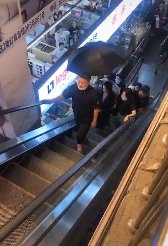 趙麗穎商場拍戲,懟臉拍顏值抗打,室內撐傘惹爭議粉絲瘋狂追拍-圖10