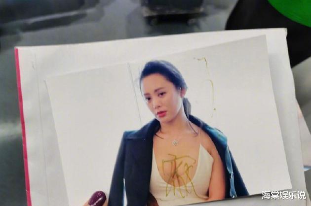寧靜為粉絲簽名,見照片中自己胸部太豐滿,隨手把名字簽到瞭胸上-圖3