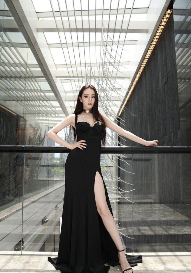 迪麗熱巴不愧是高冷女神!穿黑色高開叉抹胸裙秀身材,女人味真足-圖3