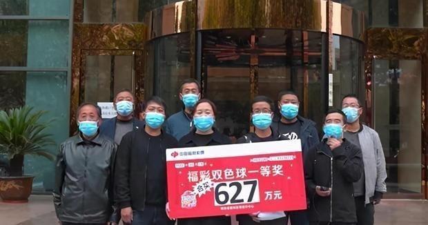 正义与邪恶_陕西17位农民合买团,采用胆拖票击中双色球635万,领奖不带面具
