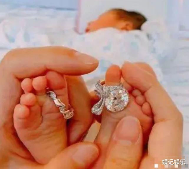 安以軒曝女兒剛出生住保溫箱,小公主躺媽媽懷裡,戴蝴蝶結出鏡超萌-圖6