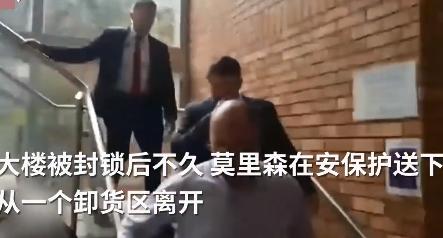 澳大利亞總理訪問大學被丟西紅柿,座駕遭潑紅油漆,狼狽從卸貨區逃離…-圖3