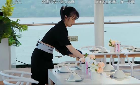 《中餐廳》倆女生都穿露臍裝,趙麗穎生娃痕跡明顯,李浩菲太少女-圖7